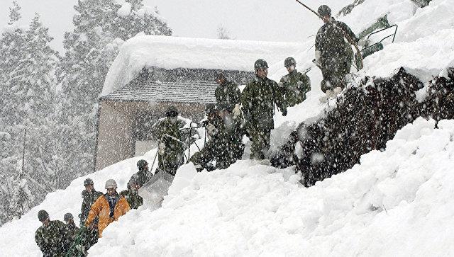 Спасатели на месте схода снежной лавины в Японии. Архивное фото