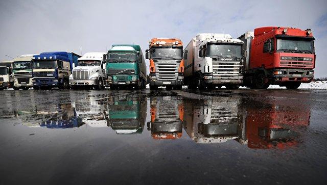 Грузовые автомобили дальнобойщиков во время протестной акции против системы Платон на Горьковском шоссе Ногинского района Московской области