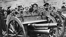 Войска с орудием около здания Московского совета. 1917 год