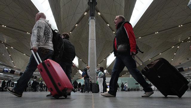 Люди с чемоданами. Архивное фото