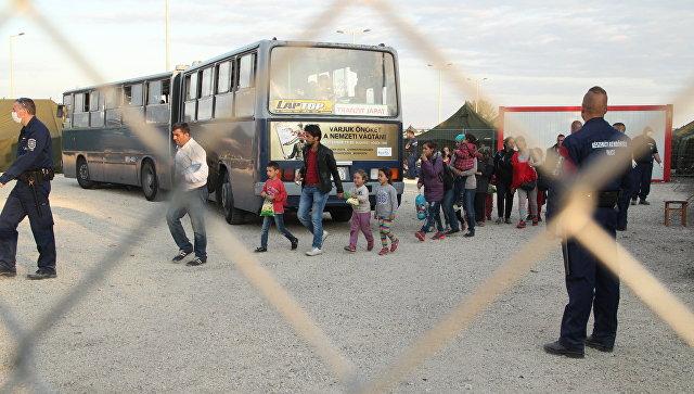 Беженцы заходят в миграционный пункт Реске. Архивное фото