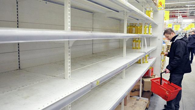 Покупатель в одном из сетевых магазинов Львова. 25 февраля 2015