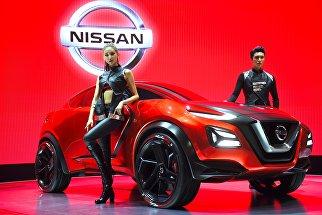 Модели представляют концепт-кар Nissan Gripz во время превью Сеульского автосалона