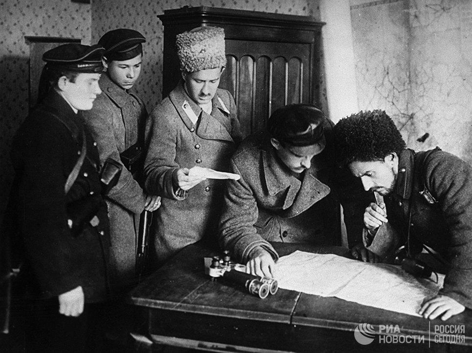 В штабе отрядов революционных солдат и матросов. Вооруженное восстание 24 октября (6 ноября) 1917 г. Петроград.