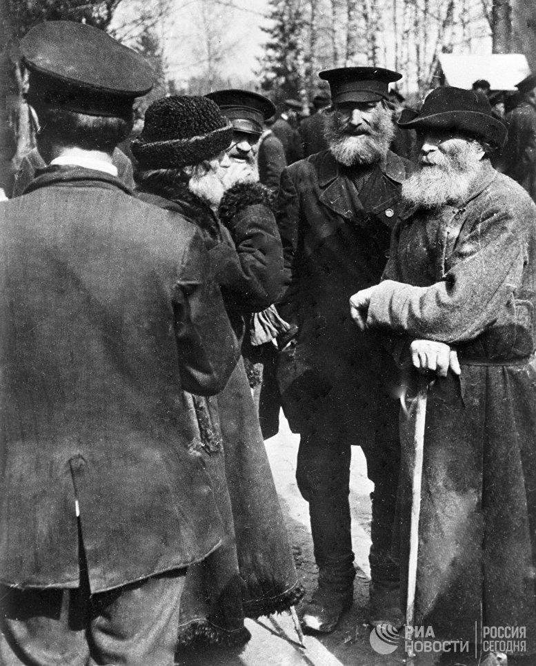 Жители деревни обсуждают известие о февральской революции. 1917 год