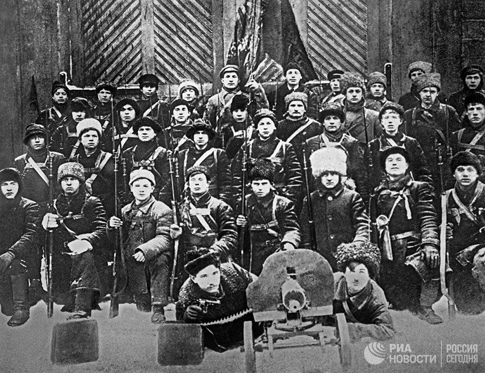 Отряд красногвардейцев рабочих завода Леонера перед отправкой под Гатчину для подавления мятежа Керенского - Краснова