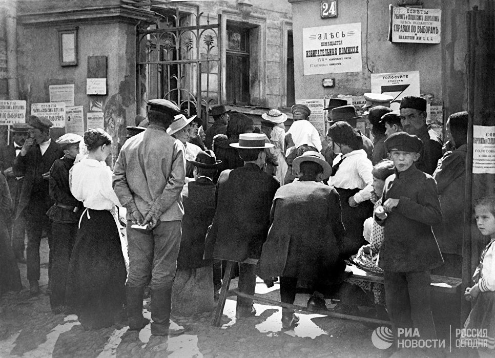 Жители Москвы у здания избирательной комиссии в Учредительное собрание Пятницкого комиссариата в день выборов в 1917 году