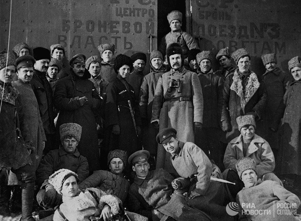 Группа красногвардейцев. Октябрьская революция