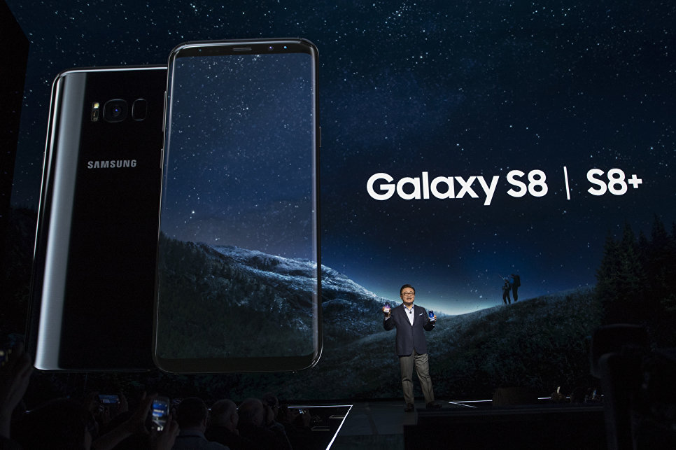 Президент подразделения мобильных коммуникаций Samsung Кох Донг Джин представляет смартфоны Galaxy S8 и S8 + в Нью-Йорке