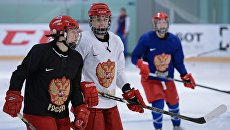 Игроки женской сборной России по хоккею с шайбой на тренировке. Архивное фото