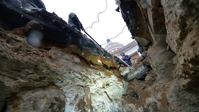 Вид из подземной комнаты, обнаруженной археологами у основания Китайгородской стены в Москве. 31 марта 2017