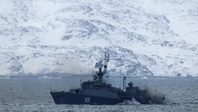 Малый противолодочный корабль МПК-203 Юнга идет через Кольский залив. Архивное фото