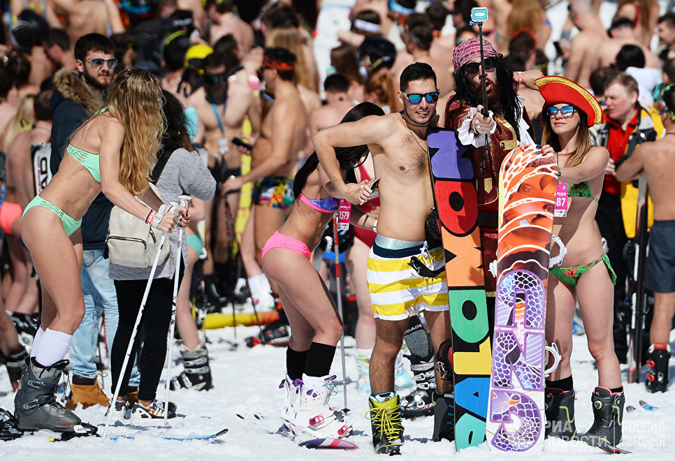 Участники высокогорного карнавала BoogelWoogel на горнолыжном курорте Роза Хутор в Сочи