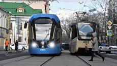 Трамвай нового поколения Витязь-М (слева) на маршруте в Москве. Архивное фото