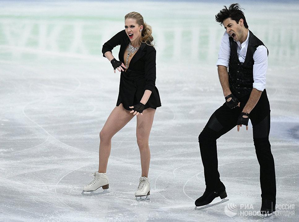 Кейтлин Уивер и Эндрю Поже выступают в короткой программе танцев на льду на чемпионате мира по фигурному катанию в Хельсинки