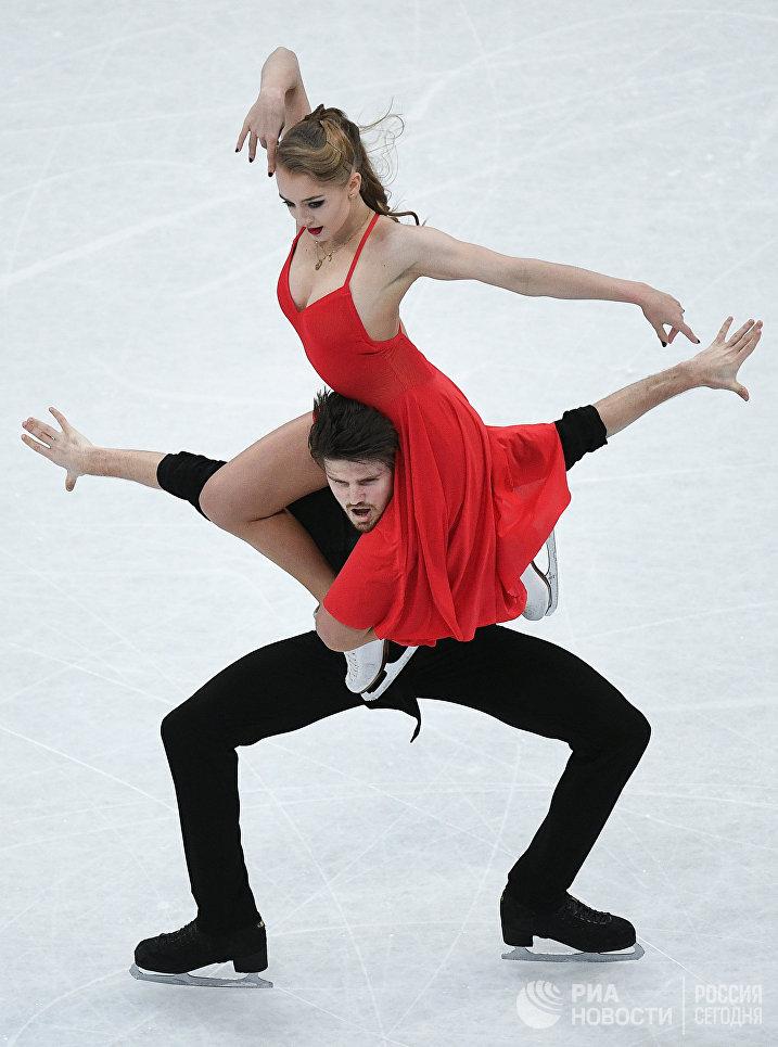Александра Степанова и Иван Букин выступают в произвольной программе танцев на льду на чемпионате мира по фигурному катанию в Хельсинки