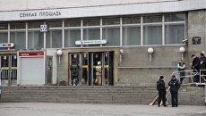 Сотрудники спасательной службы МЧС у станции метро Сенная площадь в Санкт-Петербурге, где произошли взрывы