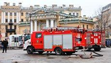 Пожарные автомашины у станции метро Сенная площадь в Санкт-Петербурге. Архивное фото