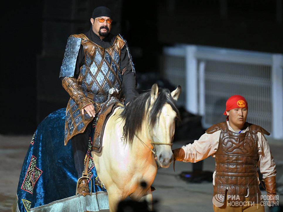 Почетный гость голливудский актер Стивен Сигал на церемонии открытия II Всемирных игр кочевников-2016