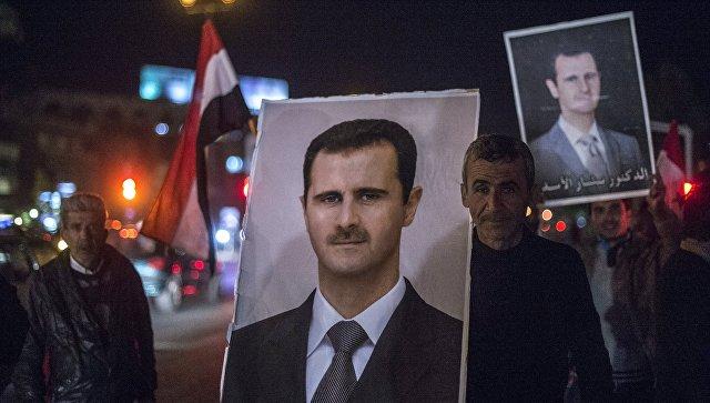 Жители Дамаска встречают военнослужащих Сирийской арабской армии (САА). Архивное фото