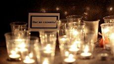 Цветы и свечи рядом с вестибюлем станции метро Спасская в память о погибших в результате взрыва в метро Санкт-Петербурга. Архивное фото