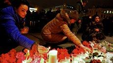 Горожане зажигают свечи у входа в вестибюль станции метро Спасская в память о погибших в результате взрыва в метро Санкт-Петербурга