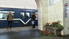Цветы на станции метро Технологический институт в Санкт-Петербурге. Архивное фото