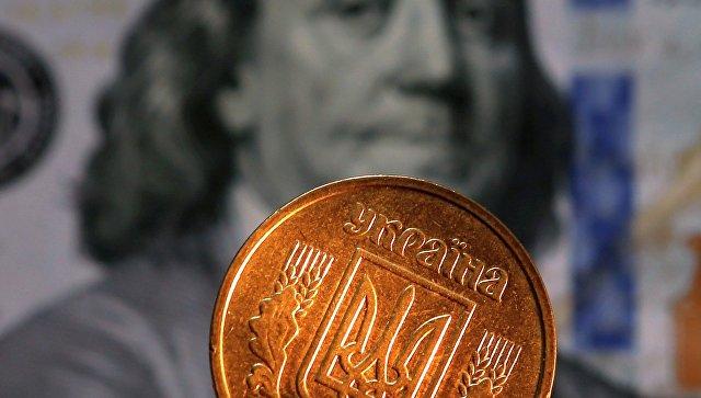Денежные купюры и монеты США и Украины, архивное фото
