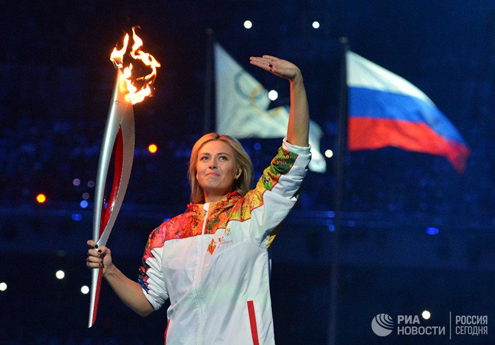 Теннисистка Мария Шарапова участвует в финальном этапе эстафеты Олимпийского Огня на церемонии Олимпийского огня XXII зимних Олимпийских игр