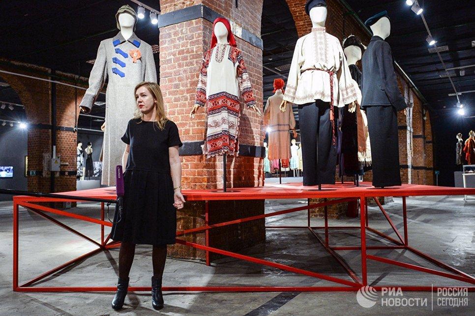 Генеральный директор Музея Москвы Алина Сапрыкина во время экскурсии на открытии выставки Москва. Мода и Революция в Музее Москвы