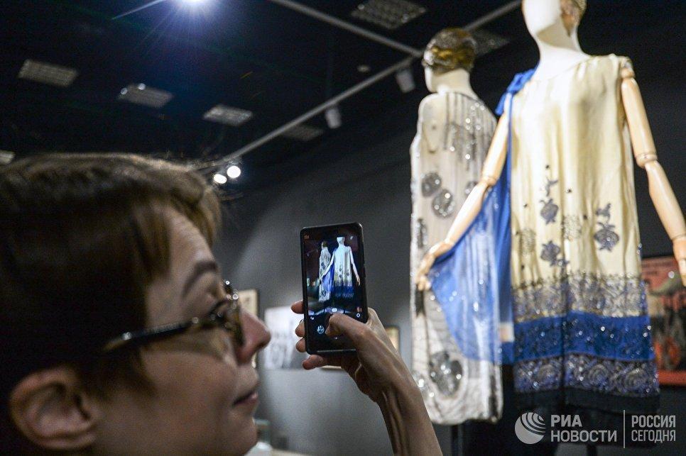 Посетительница во время осмотра экспозиции выставки Москва. Мода и Революция в Музее Москвы