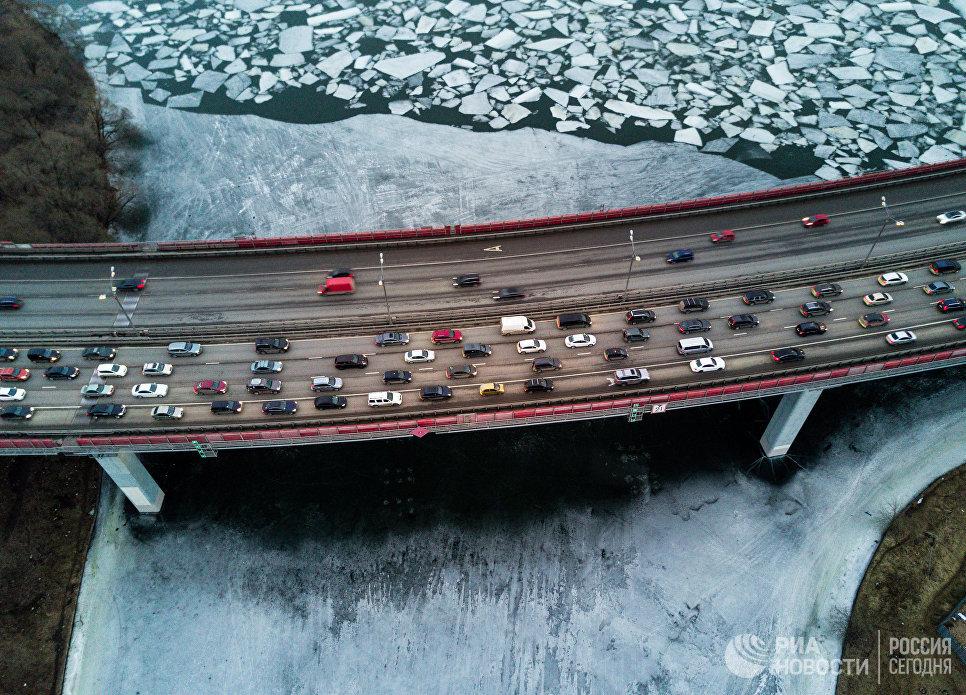 Лед на Москва-реке под Живописным мостом