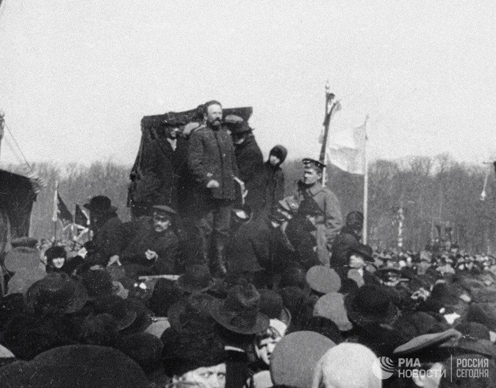 Митинг на Марсовом поле, посвященный международному празднику труда 1 Мая. Петроград. 1917 год