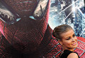 Актриса и певица Кармен Электра прибывает на премьеру фильма Новый Человек-паук