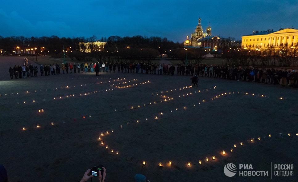 Фигура 14:40 из свечей на Марсовом поле в память о погибших в результате теракта в метро
