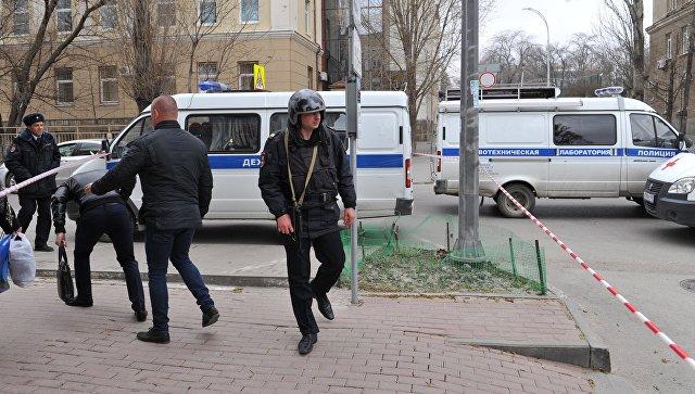 Сотрудники полиции на месте взрыва у школы в Ростове-на-Дону. 6 апреля 2017