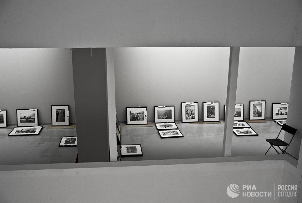 Подготовка к открытию фотовыставки Евгений Халдей. Ретроспектива в Мультимедиа Арт Музее