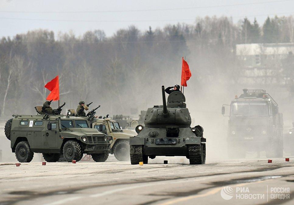 Танк Т-34-85 (в центре) и бронеавтомобили Тигр механизированной колонны Московского гарнизона во время тренировки к военному параду на Красной площади 9 мая 2017 года