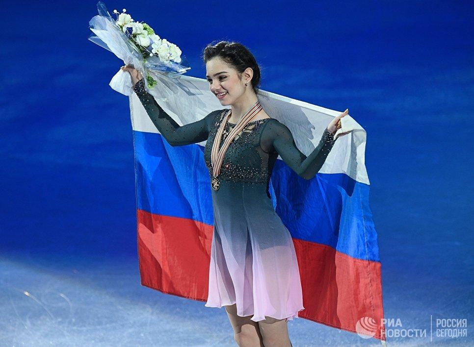 Евгения Медведева (Россия), завоевавшая золотую медаль в женском одиночном катании на чемпионате мира по фигурному катанию в Хельсинки, во время церемонии награждения