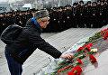 Женщина возлагает цветы к мемориалу на Корабельной набережной во Владивостоке в память о жертвах теракта в Санкт-Петербурге