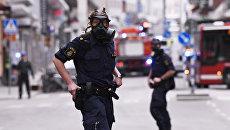 Полицейские в центре Стокгольма после наезда грузовика на людей на улице Дроттнинггатан. Архивное фото