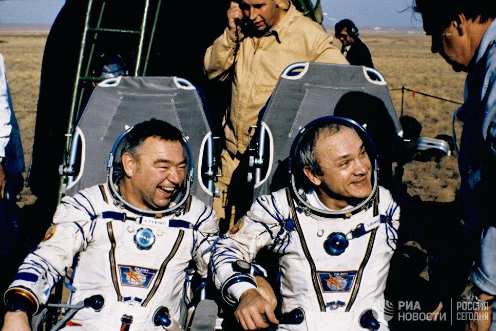 Летчики-космонавты Владимир Джанибеков и Георгий Гречко после приземления