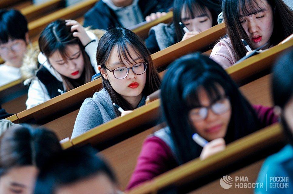 Участники ежегодной акции по проверке грамотности Тотальный диктант — 2017 во Владивостоке