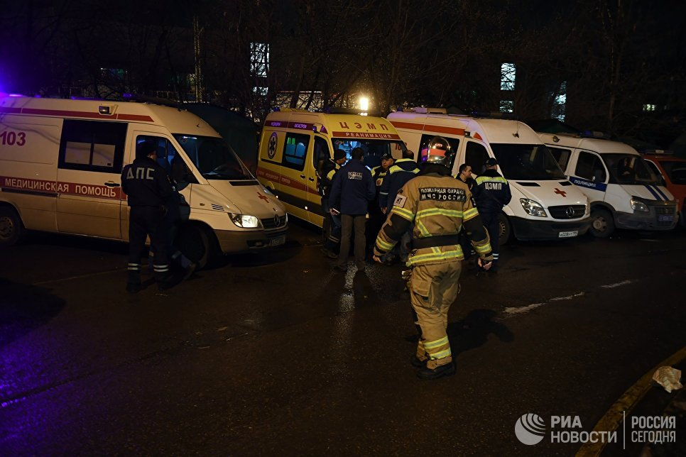 Автомобили скорой медицинской помощи неподалеку от места столкновения пассажирского поезда и электрички в районе улицы Герасима Курина в Москве