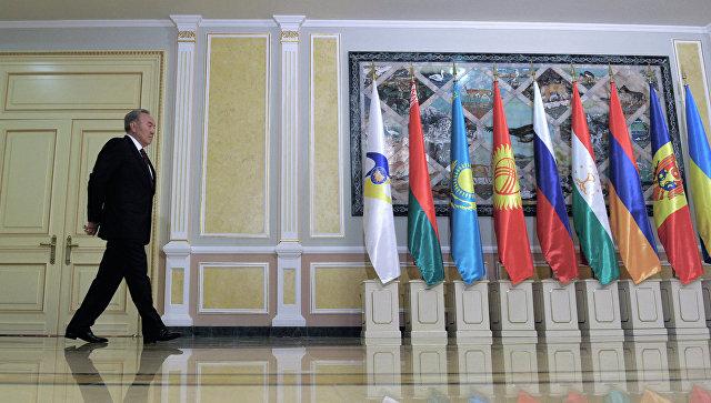 Президент Казахстана Нурсултан Назарбаев перед началом заседания совета ЕАЭС. Архивное фото