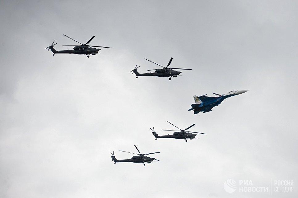 Истребитель Су-27 пилотажной группы Русские Витязи и пилотажная группа Беркуты на вертолетах Ми-28Н выступают на праздничных мероприятиях, посвященных 25-летию авиационных групп высшего пилотажа