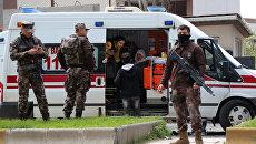 Сотрудники полиции на месте взрыва в Диярбакыре, Турция. 11 апреля 2017