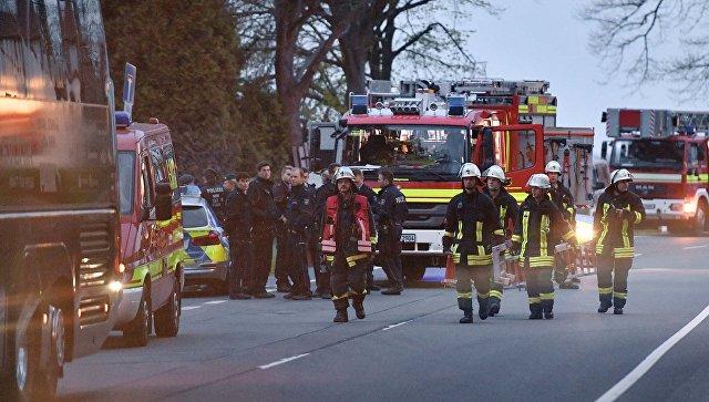 Полицейские и пожарные у автобуса футбольного клуба Боруссия Дортмунд после взрыва перед матчем Лиги чемпионов. 11 апреля 2017