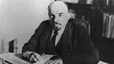 Владимир Ильич Ленин в своем кабинете. Архивное фото