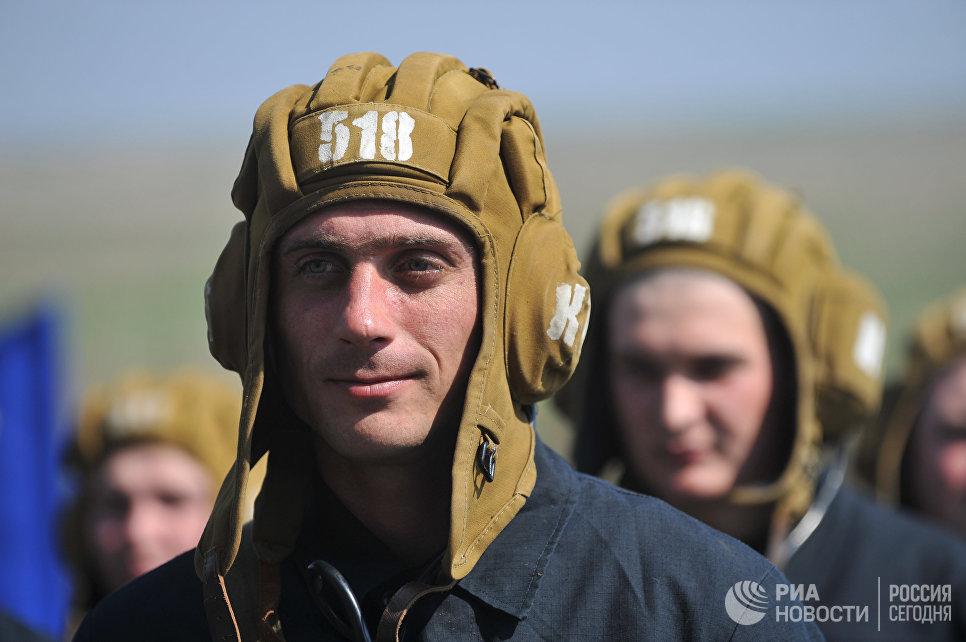 Экипажи танкистов 150-й мотострелковой дивизии перед началом учебных стрельб на полигоне Кадамовский в Ростовской области